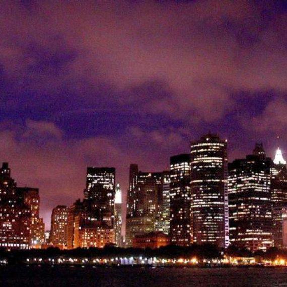 Un enorme cristal de un rascacielos cae sobre dos obreros en Nueva York
